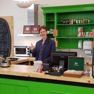 """Horeca medewerker Kyrill uit Den Haag: """"het is leuk om zoveel met klanten in contact te zijn""""."""