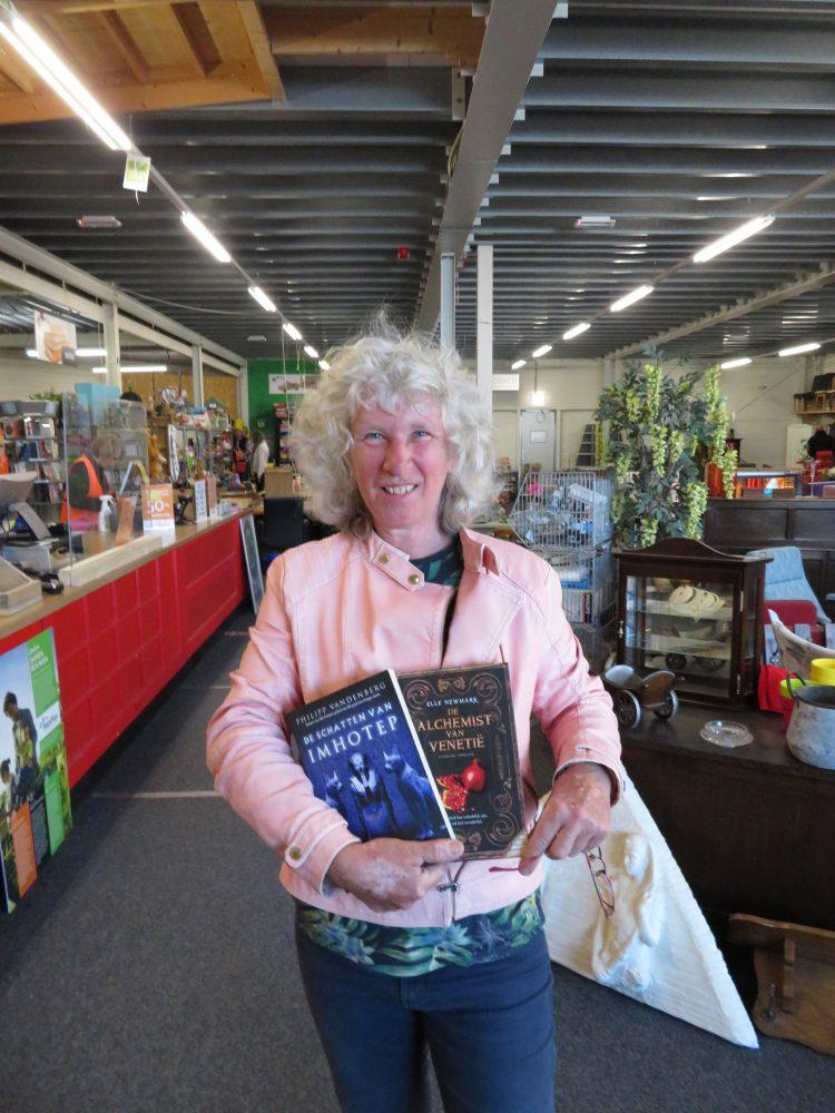 Lydia met haar geshopte boeken bij RataPlan Schagen!