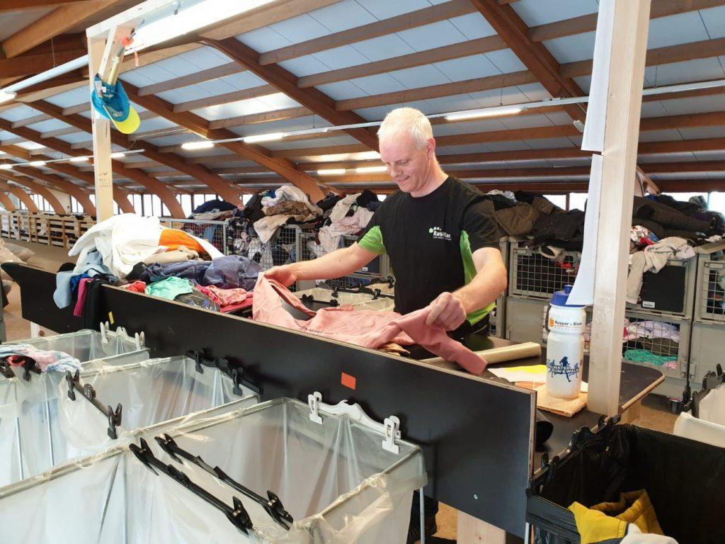 Edgar is druk aan het sorteren in de recyclefabriek!
