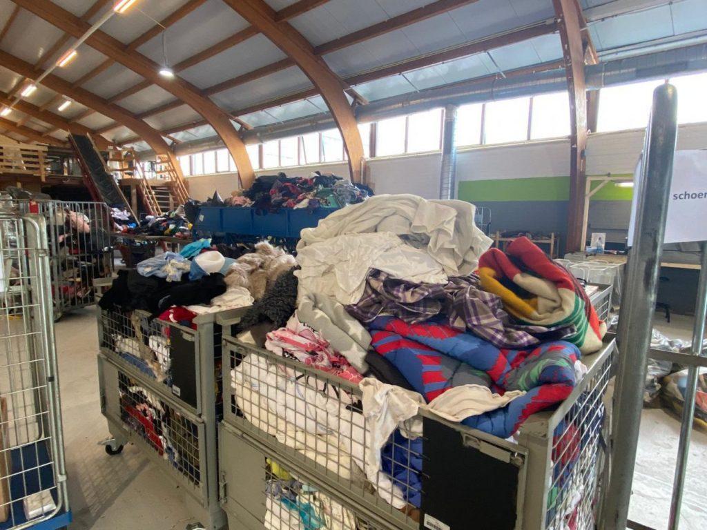 Binnegebrachte spullen bij de recyclefabriek.