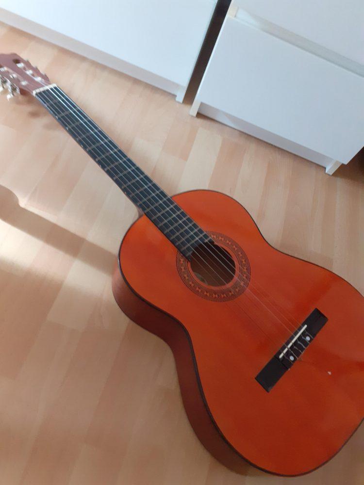 Een mooie gitaar die Theo heeft gevonden bij RataPlan Den Haag